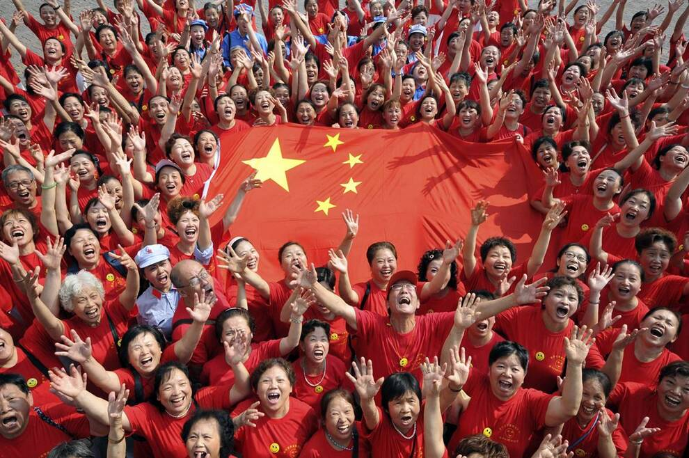13) Участники парада репетируют традиционное поднятие флага на улице Янгрен в муниципалитете Чунцин. (China Daily via Reuters)