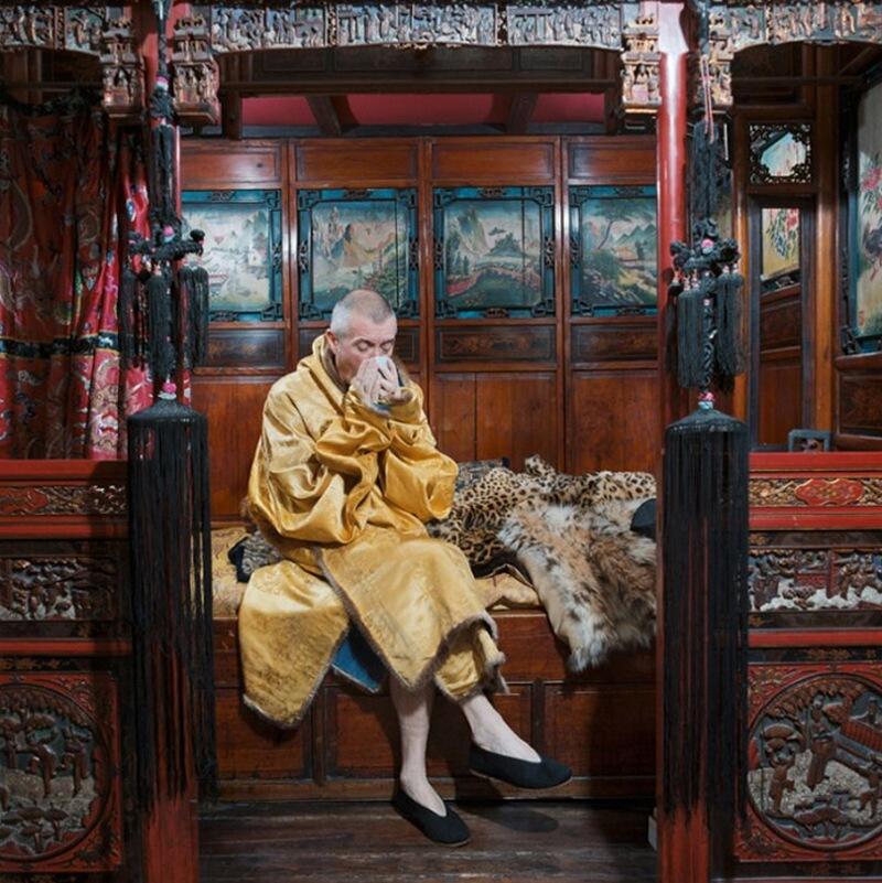 3) Ипполит Ромен, иллюстратор, у себя дома в 18-ом округе Парижа. Большой поклонник всего китайского, он привез из-за границы эту кровать, которая занимает всю его спальню.