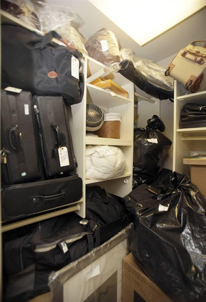 13.Коробки с личными вещами в стенном шкафу в пентхаусе Мэдоффа.