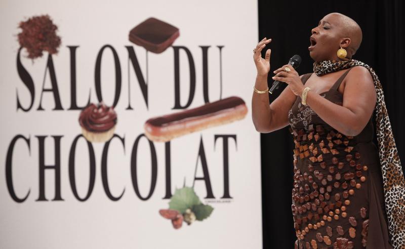 13. Оперная певица Доминик Маглуар в платье из шоколада на открытии 15-ого ежегодного события «Salon du Chocolat de Paris» в Париже 13 октября 2009 года. (UPI Photo/David Silpa)