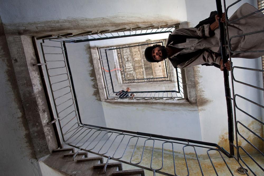 13) Пациент, проходящий программу по детоксикации, наклонился над лестницей в центре 29 сентября. (Paula Bronstein/Getty Images)