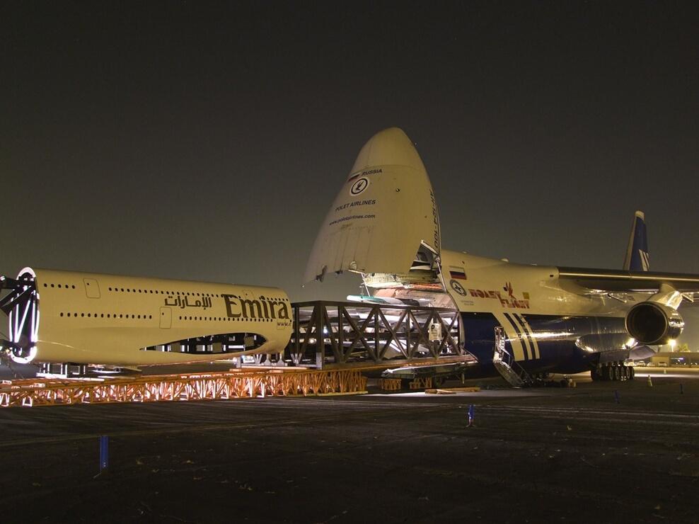 13) На разработку Airbus А380 ушло около 10 лет, стоимость всей программы — около 12 млрд евро. Airbus утверждает, что для возмещения затрат корпорации необходимо продать 420 самолётов, хотя по оценкам некоторых аналитиков, цифра должна быть намного больше
