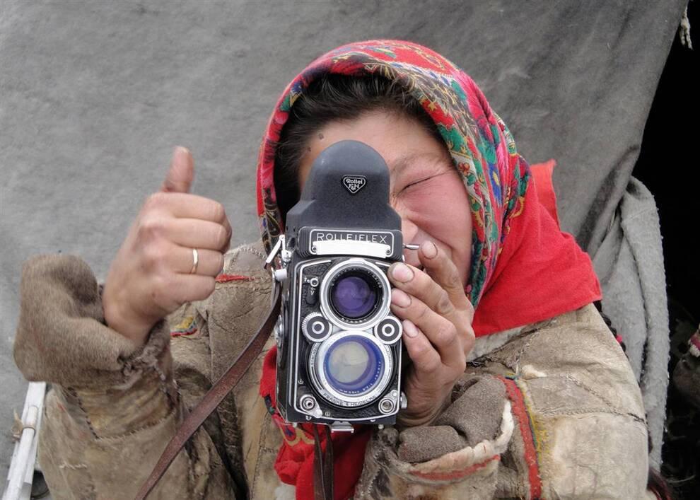 13. Ненка играет с фотоаппаратом. Название ненецкого народа произошло от ненецкого слова «человек». Эту культуру впервые описал русский летописец в конце 11 века. (Amie Ferris-Rotman/Reuters)