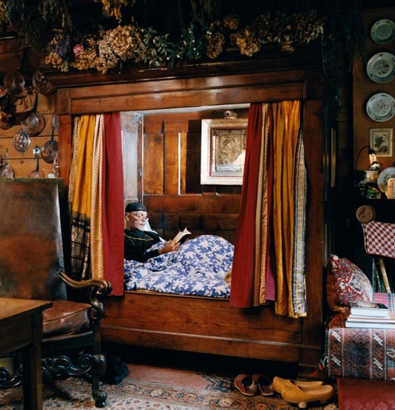 4) Монсеньор Жан-Бернар де Казенав, архимандрит, у себя дома в Ferrires на Пиренеях. Зимой он живет в кухне, где стоит кровать с балдахином Bearnais конца 18 века.