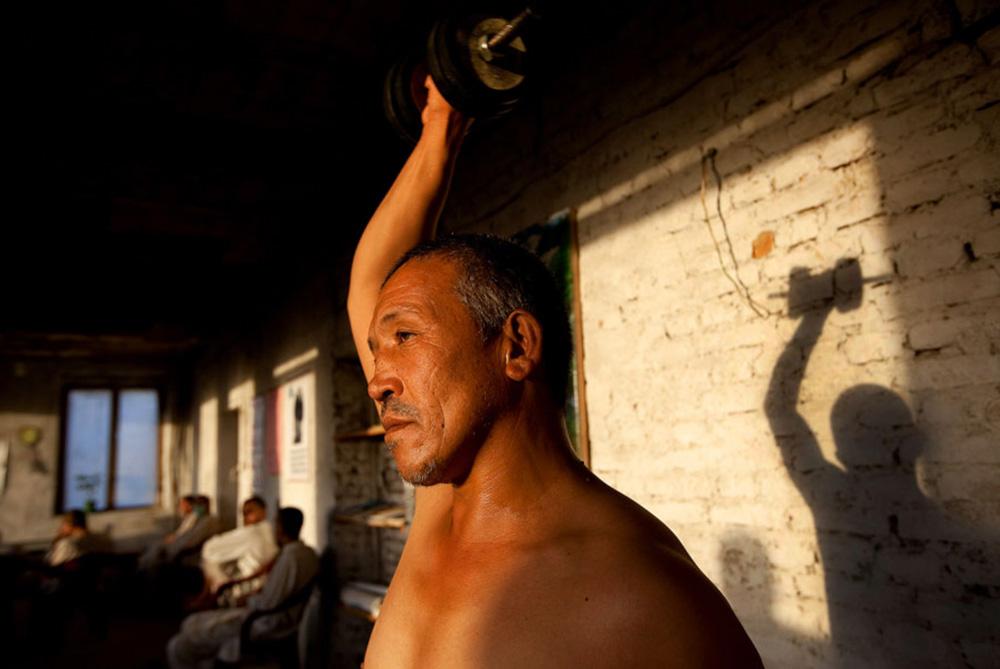 14) Ахамад Шах занимается с гантелями по программе детоксикации Неджат в центре 29 сентября. (Paula Bronstein/Getty Images)