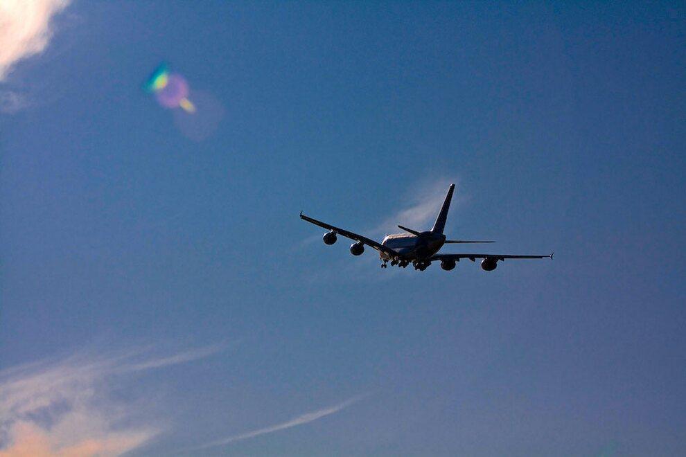 14) Airbus А380 впервые был представлен 18 января 2005 в Тулузе. Первый испытательный полёт он совершил 27 апреля 2005 в Тулузе. Первый трансатлантический перелёт с пассажирами на борту, имитирующий обычный рейсовый полёт, лайнер совершил 19 марта 2007. Самолёт приземлился в международном аэропорту им. Джона Кеннеди.