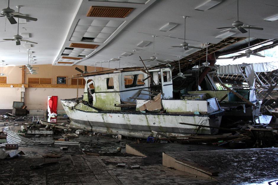 15) Выброшенная из воды лодка лежит  внутри здания в Паго-Паго, на Американском Самоа. Сильнейшее  землетрясение стало причиной гигантских волн цунами, которые обрушились на острова Самоа, унеся жизни по меньшей мере 75 человек.