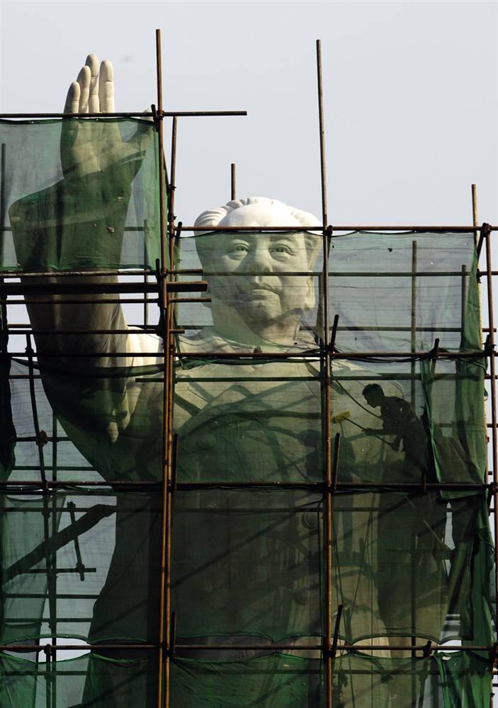 15) Очистка статуи Мао Цзэдуна в центре города Чэнду в юго-западной провинции Сычуань. (AP)