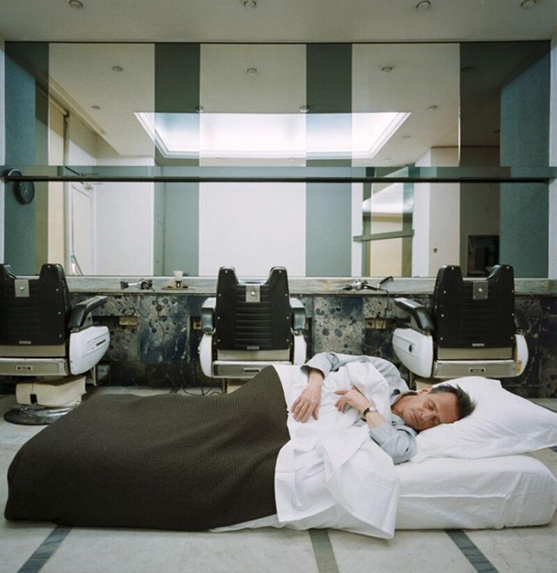 5) Мишель Каре, парикмахер, у себя в салоне в 7-м округе Парижа. Он живет в Нормандии, но среди недели остается в парикмахерской. Вот уже 20 лет как он спит прямо посреди своего салона.
