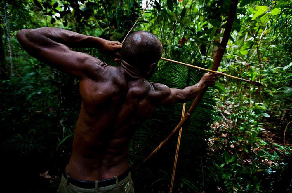 15. Охота на дикого кабана и казуара в отдаленных областях вдоль берегов озера Мюррыэ, Папуа — Новая Гвинея, 1 января 2009 года. (Brent Stirton/Getty Images)