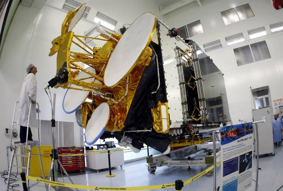 15. Техник проверяет спутник связи W7 в космическом центре в Каннах 7 октября. Запуск спутника W7 должен произойти на космодроме Байконур в Казахстане в ноябре. (Eric Gaillard / Reuters)