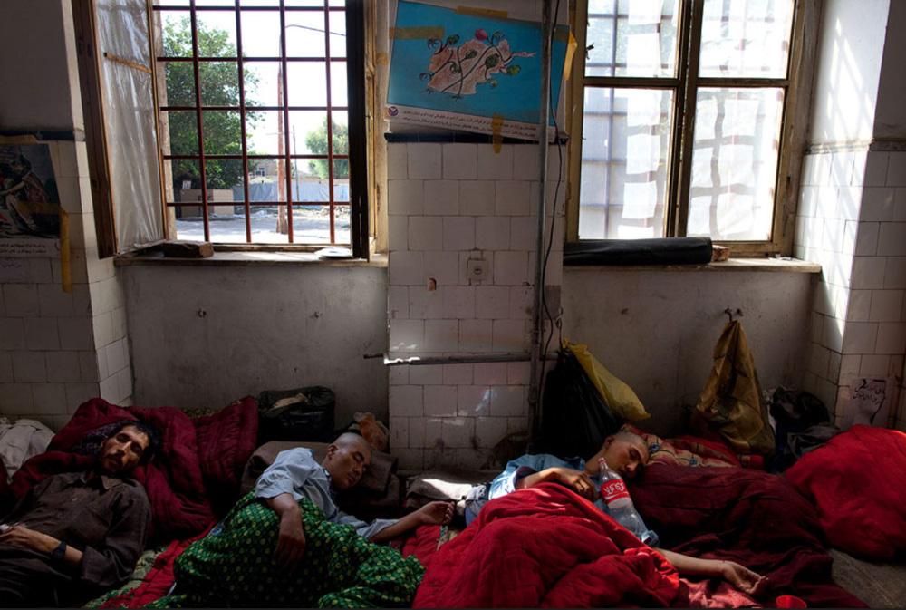 15) Наркоманы под воздействием героина, спят в специальном помещении, отведенном для бездомных. Снимок сделан в кабульском наркологическом реабилитационном центре 29 сентября.  (Paula Bronstein/Getty Images)