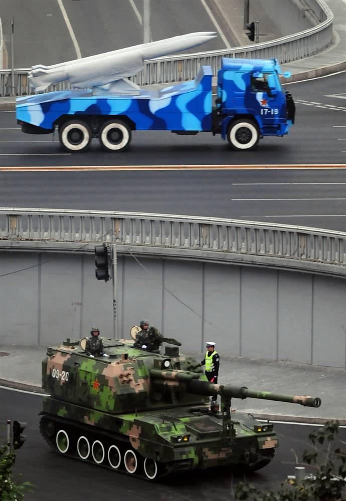 16) Китайские боевые машины едут к площади Тяньаньмэнь в центре Пекина 19 сентября. (Frederic J. Brown/AFP - Getty Images)