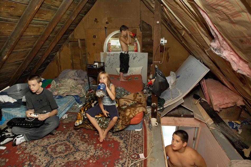 16) Позднее семья Лоррейн переехала в квартиру друзей, в которой уже жило шесть человек.