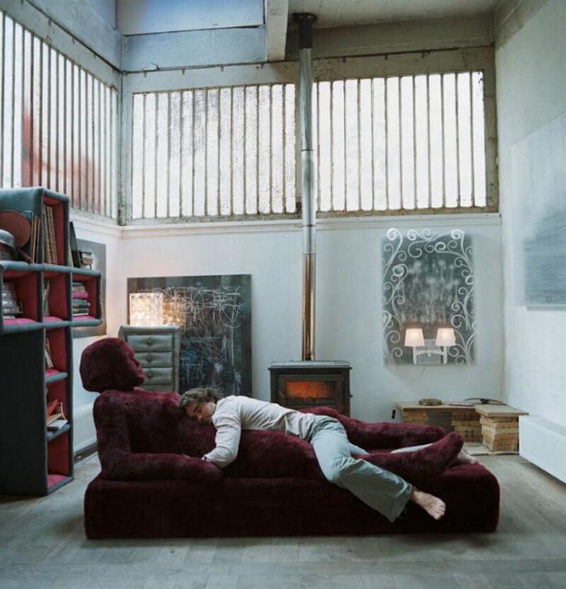 """6) Оливье Урман, художник, в Galerie Benamou в Сан-Оуэн. Для того чтобы не спать в одиночестве, он создал эту кровать-скульптору из пены-бультекса и акрилового меха. Оливье назвал свое творение """"Дивная мать-природа»."""