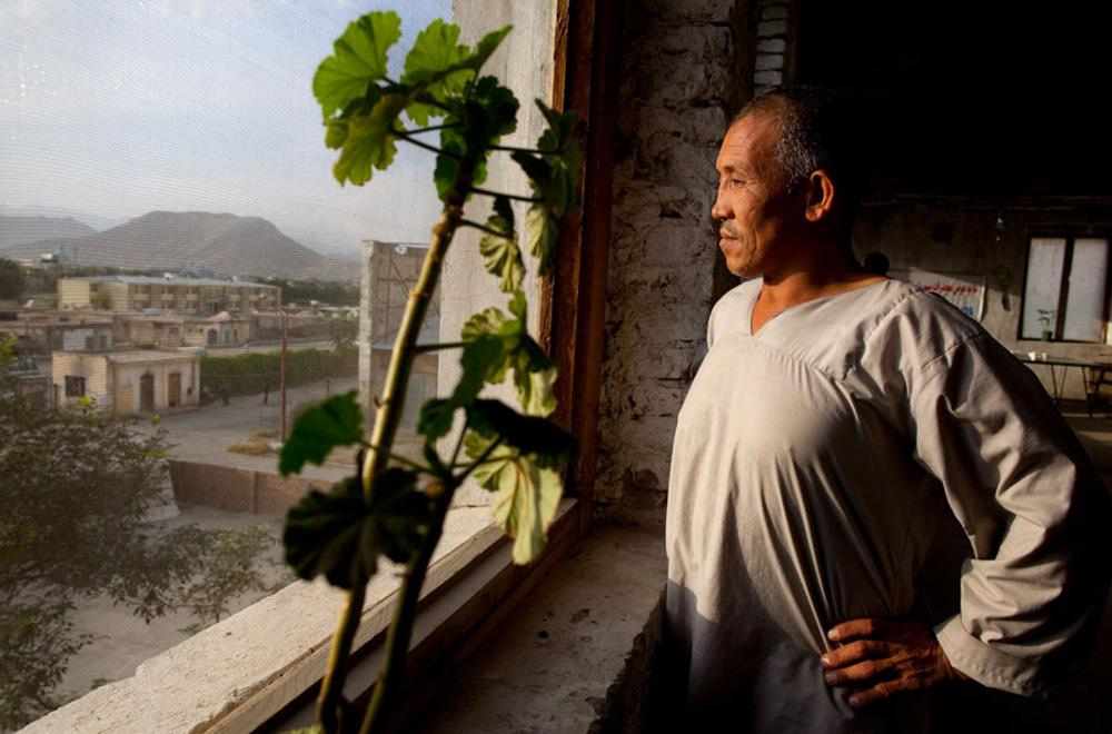16) Али Хан, проходящий программу детоксикации Неджат выглядывает из окна центра 29 сентября. (Paula Bronstein/Getty Images)