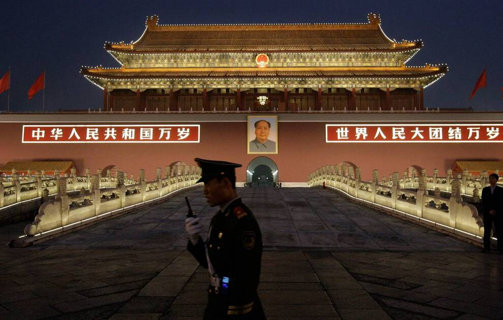 17) Военизированные полицейские стоят на страже перед воротами Тяньаньмэнь. Китайские власти приняли максимальные меры безопасности накануне праздника, например вышел запрет на продажу ножей в некоторых магазинах. (Vincent Thian/AP)
