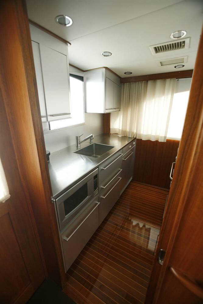 17.Небольшая кухня на судне Мэдоффа подготовлена к аукциону.