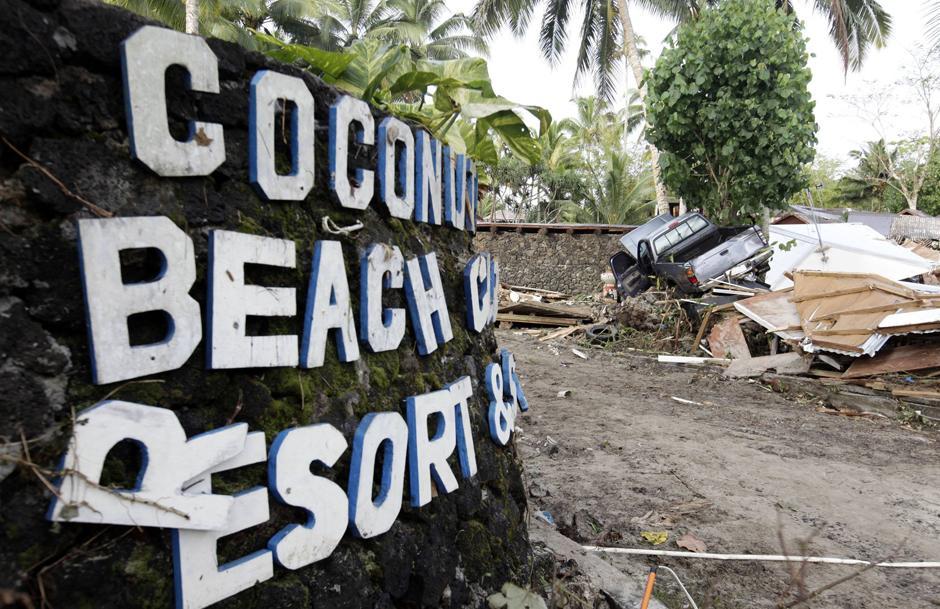 18) Пикап на дереве у входа в курортный комплекс «Coconut Resort», уничтоженный цунами.