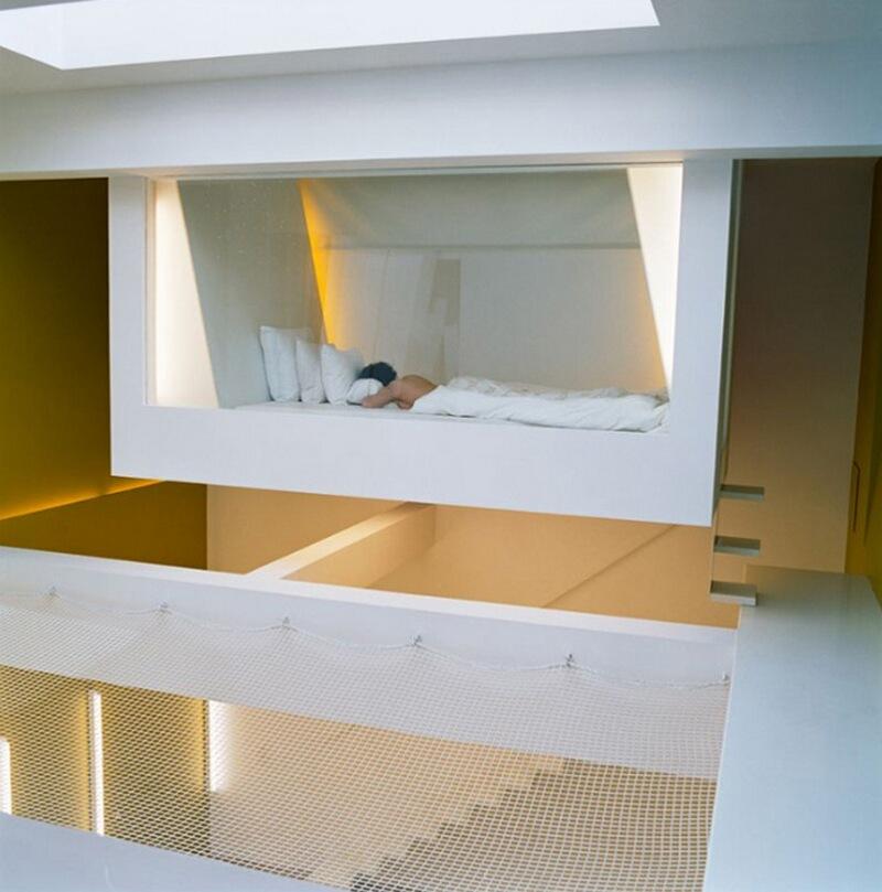 8) Натали Вольдберк, архитектора, у себя дома в Сан-Оуэне. Подвесная кровать символизирует покой, забытье и небытие.