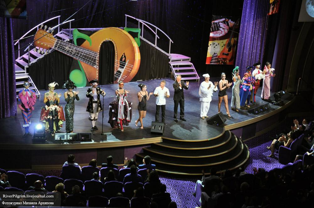 18) Или театр-студия с элементами акробатики и сольных выступлений певцов.