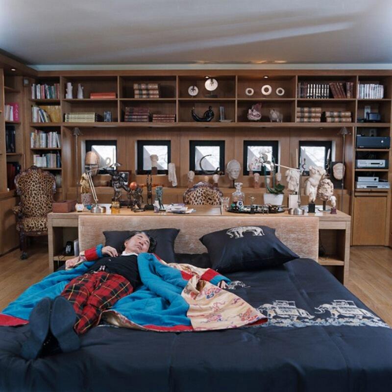 9) Кензо, модельер, у себя дома в 11-м округе Парижа. С кровати, которая стоит в центре комнаты, виден японский сад.