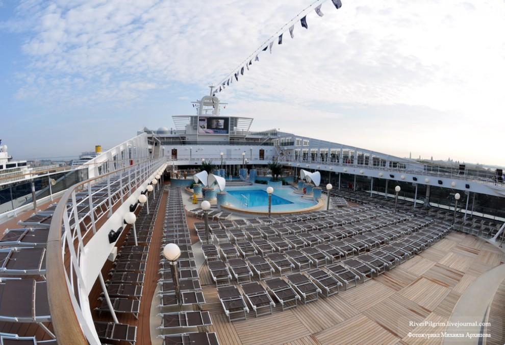 19) Возвращаемся к палубам. Это 13-15 палубы. Два бассейна, джакузи, места для загара.