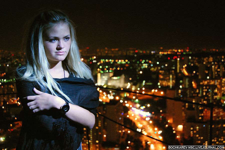 19) Девушка и вечерняя Москва