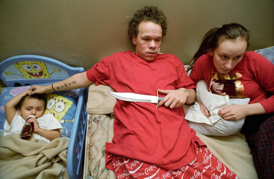 2) Кайла и Джеймс смотрят фильм после возвращения Кайлы из специальной школ для молодых матерей.