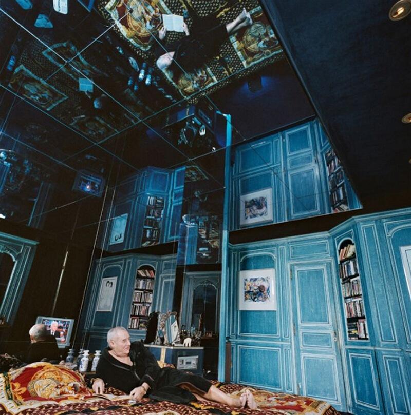 10) Жерар де Вилье, писатель, у себя у себя дома в 16-м округе Парижа. Во время разработки дизайна своей комнаты он хотел, чтобы интерьер комнаты напоминал довоенный бордель.