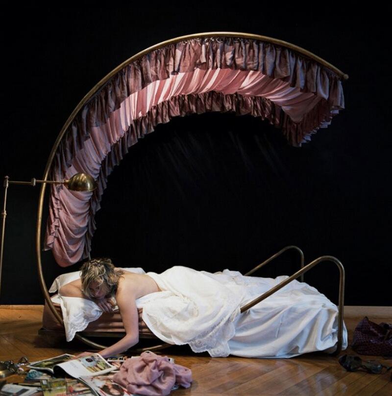 11) Кло Блюм, у себя дома в 1-м квартале Парижа. Она выбрала кровать от дизайнера Jean Royre. Это единственный предмет мебели в ее новой квартире, поэтому большую часть времени она проводит лежа.