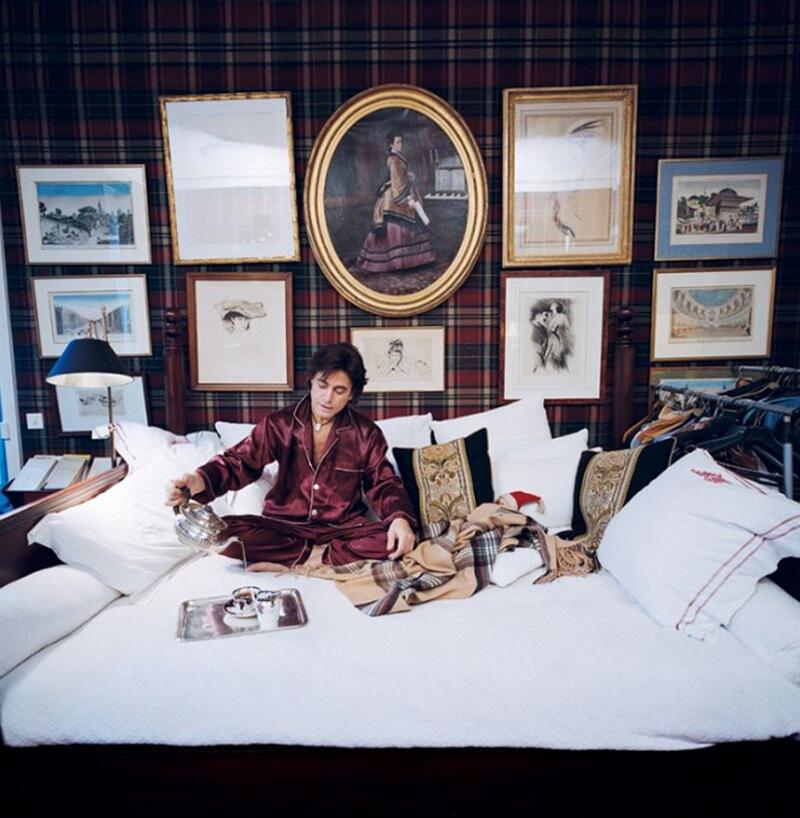 12) Александр Зуари, предприниматель, у себя дома в 8-м округе Парижа. Его друг дизайнер интерьеров Stphanie Cauchoix когда-то подарил ему эту кровать из красного дерева в колониальном стиле.
