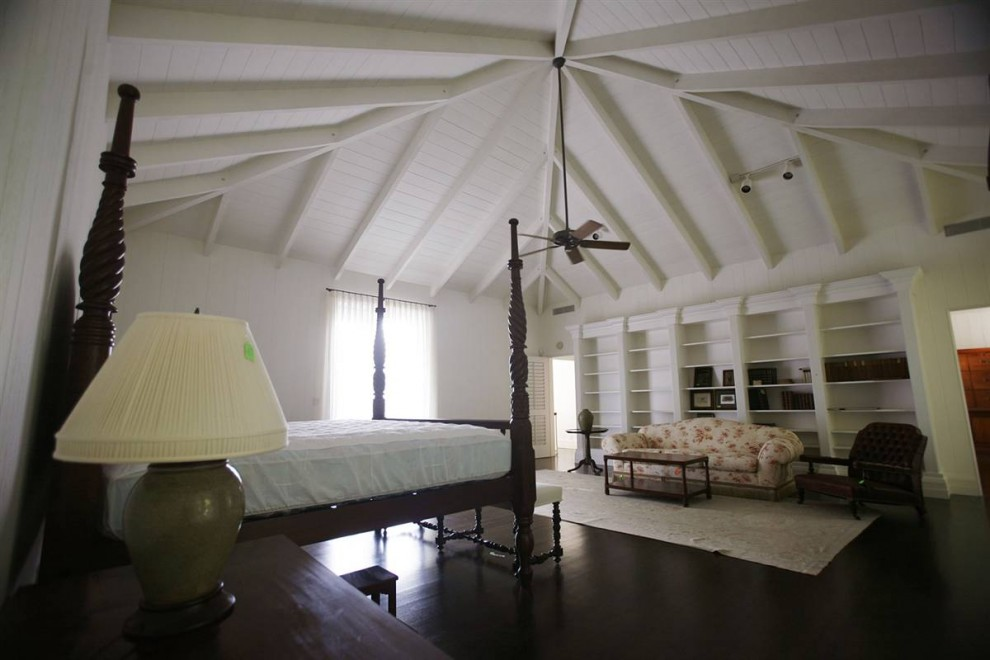 22.Зона отдыха в особняке Мэдоффа в Палм Бич, спальня хозяев. Этот дом был построен в 1973 году, общая площадь его составляет 8700 ф.2, он облицован мексиканской плиткой, имеет 5 спален и 7 ванных комнат.