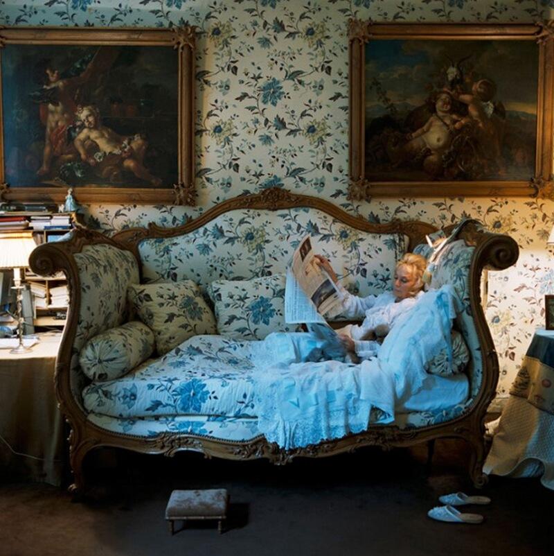13) Роланда Тапрьё д'Оной живет в квартире в 7-м округе Парижа. Роланда выбрала эту кровать времен Людовика XV, потому что она похожа на диван.