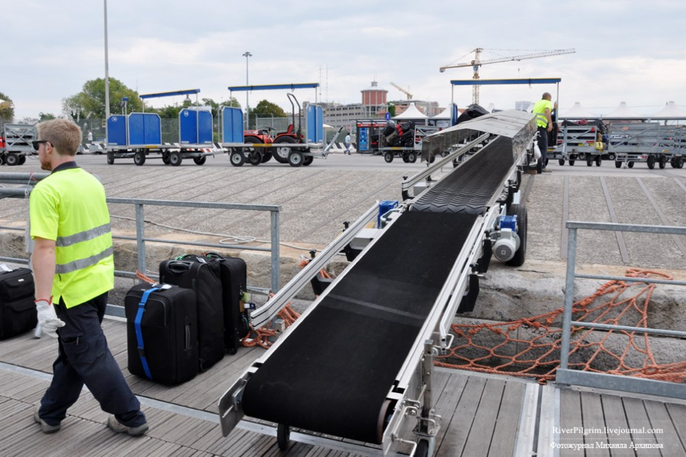 23) Круиз начинается с того, что прибывших в порт пассажиров встречаются представители компании, которые проверив путевку, отбирают крупногабаритный багаж, клеят бирки и отправляют на борт.