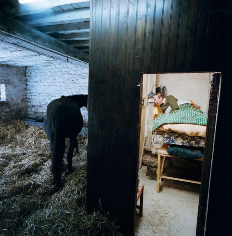 14) Бодуэн де ла Мотт Сент-Пьер, заводчик скаковых лошадей, в Radon, Orne. Он установил свою кровать прямо в конюшне, поэтому если ночью ему нужно помочь одной из своей кобыл при родах, ему нужно только вылезти из постели.