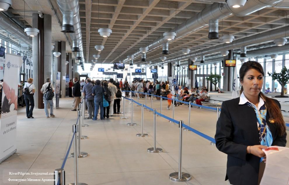 24) Расставшись с багажом идем на регистрацию. На фото один из посадочных круизных терминалов в Венеции. Так как посадка длится почти шесть часов, то очередей нет, туристы растекаются во времени и пространстве.