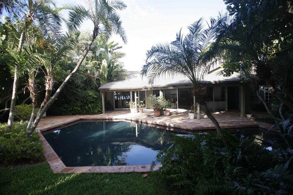 24.Бурная растительность и бассейн перед домом Мэдоффа в Палм Бич, штат Флорида.