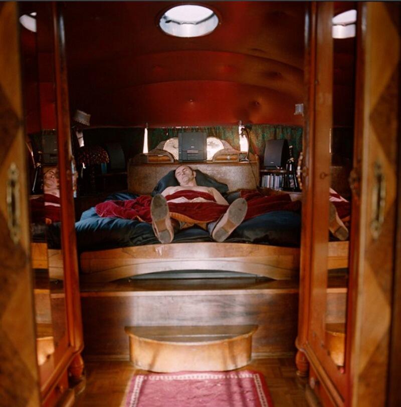 15) Бартаба, основатель театра «Zingaro» и Конной академии Версаля. Когда-то в 50-х это помещение представляло собой вагончик, и теперь его хозяин в основном проводит тут время, сидя или лежа, потому что стоять тут не удобно.