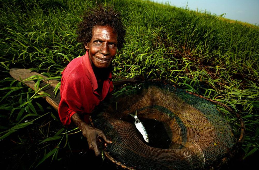 24. Пожилая женщина ловит рыбу на реке Флай в отдаленном регионе Папуа — Новая Гвинея. (Brent Stirton/Getty Images)