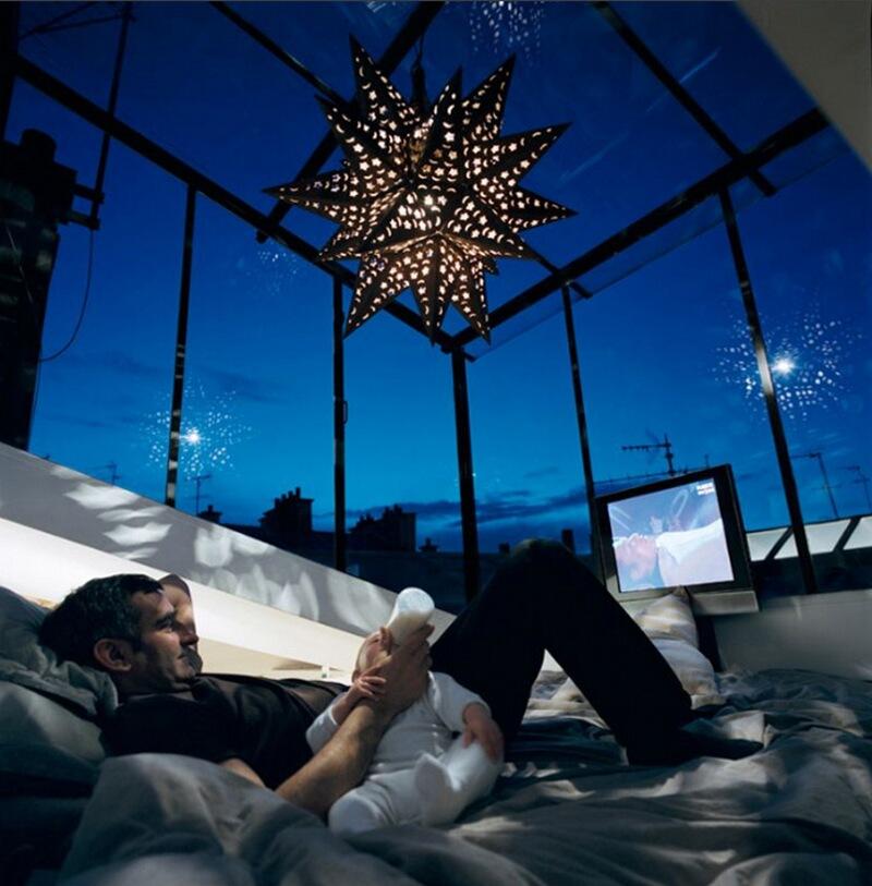 16) Кристиан Бакйас, дизайнер интерьеров, у себя дома в 9-м округе Парижа. Он убрал крышу, установил стеклянные стены и потолок, под которыми и поставил свою кровать.