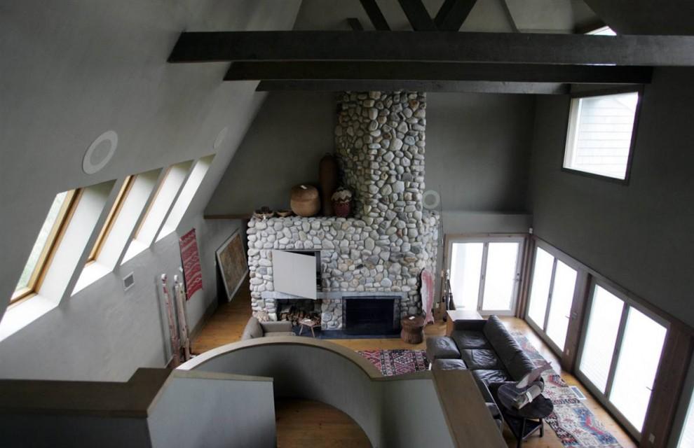 26.Вид на гостиную Мэдоффа в особняке в Монтауке, Нью-Йорк. Лестница ведет в хорошо освещенную гостиную со сводчатыми потолками и выложенным из камня камином.