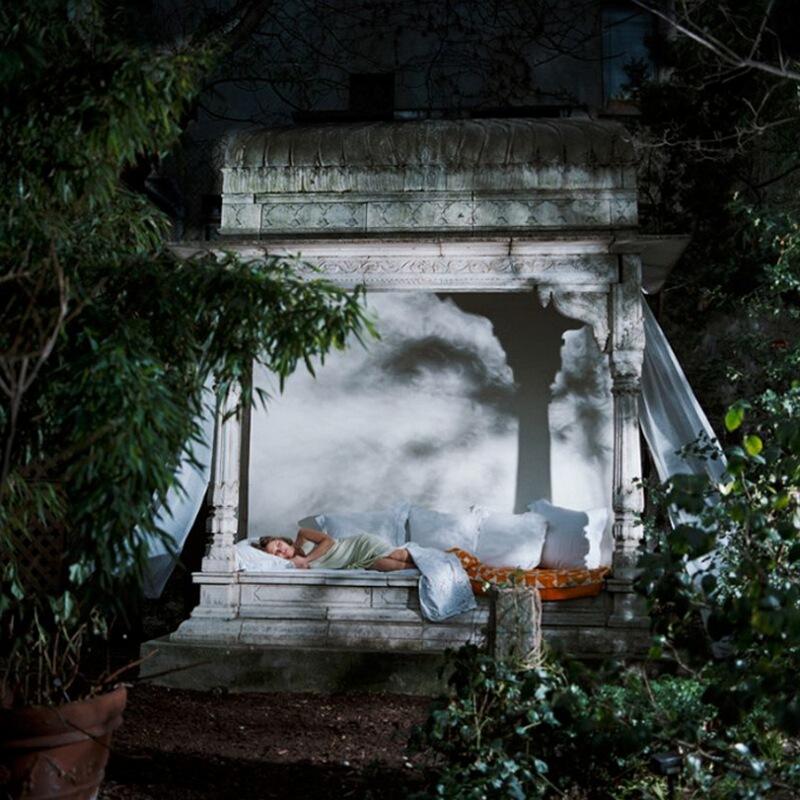 17) Жозефин де-ла-Бом, комедийная актриса, в 5-м округе Парижа. Ее летняя кровать, привезенная  из Раджастана, стоит в нижней части сада ее родителей, в самом центре Парижа.