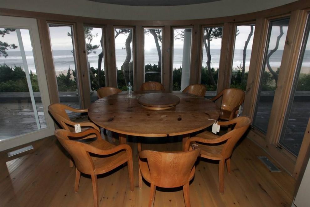 27.Прекрасный вид на океан открывается из столовой. Площадь дома составляет 3,014 ф.2 и относится к наивысшему классу коттеджей.
