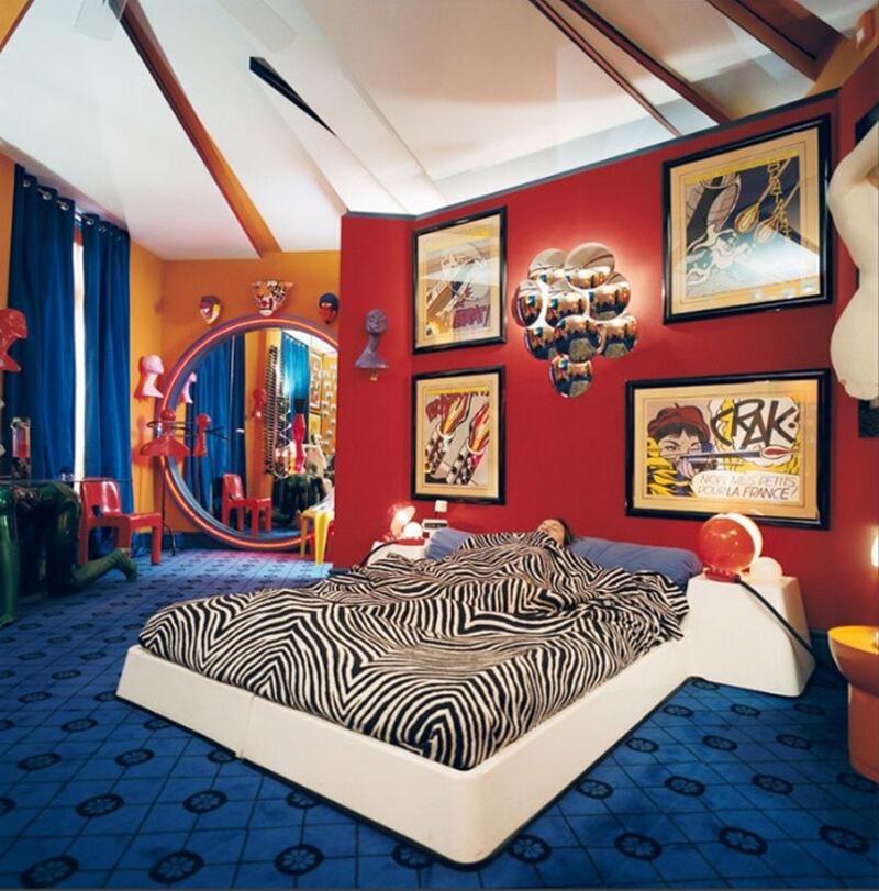 18) Билл Палло, антиквар, у себя дома в 8-м округе Парижа. Каждая из комната в его квартире сделана в разных стилях. Для своей спальни Бил выбрал стиль 70-х.