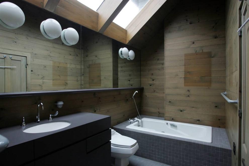 28.Ванная комната хозяев, одна из трех в доме, стилизована под 1980-ые годы.