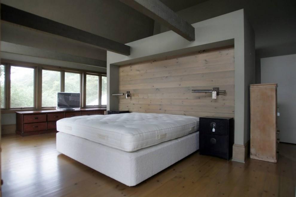30.На втором этаже расположена небольшая спальня хозяев с террасой.