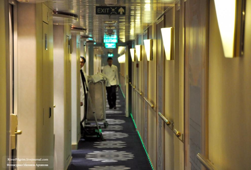30) С каждого пассажира в день снимается по 6 евро за уборку каюты. Уборка проводится два раза в день и в нашем случае всегда все было идеально. На фото - наш вечно незаметный и неуловимый стюарт-проводник (выглядывает) и вид коридора 9-й палубы.