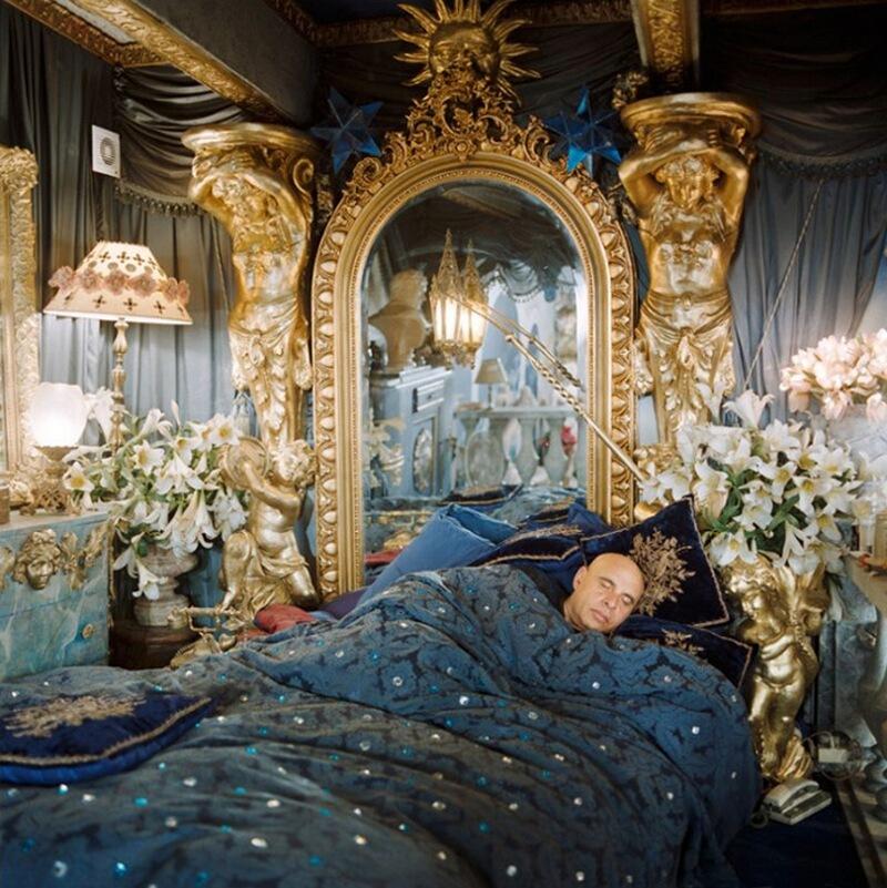 19) Паоло Калия, художник, у себя дома в 13-м округе Парижа. В 70-х он работал с Федерико Феллини в качестве художника-декоратора. Одна кровать в спальне Паоло предназначена для сна, а другая – для сексуальных утех.