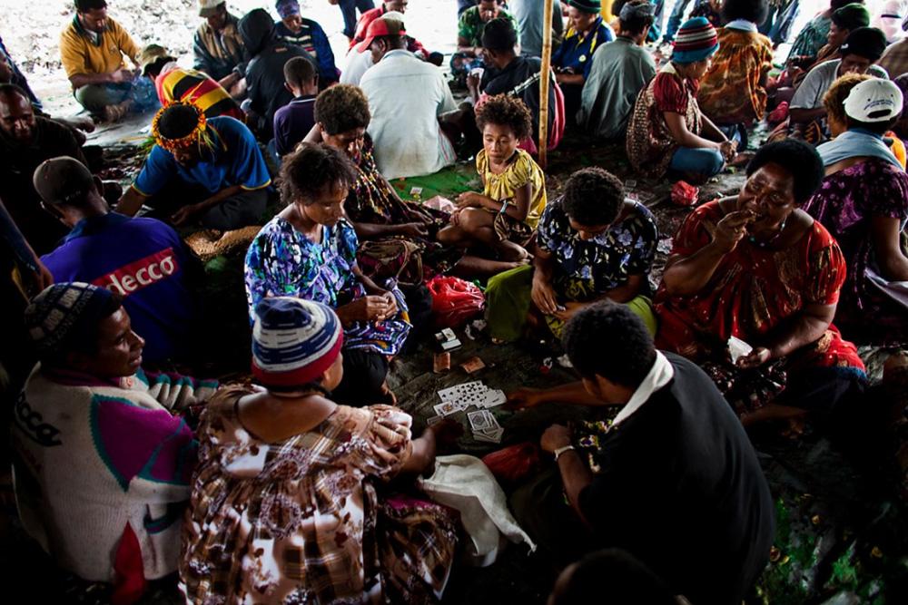 31. Люди нагорья на местном придорожном рынке в Маунт Хаген 16 декабря 2009 года. (Brent Stirton/Getty Images)
